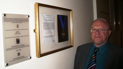 Rick Brassington and the plaque, Lecture Theatre, burlington House