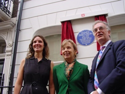 Smithson's biographer Heather Ewing (left) and Smithsonian institute Director Julian Raby (right) pose before 9 Bentinck Street.Middle: Celina Fox, Vice Chair of the English Heritage Blue Plaques Panel. Photos: Ted Nield